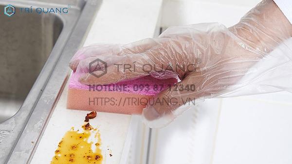 Có thể sử dụng bao tay trong quá trình vệ sinh nhà cửa để đảm bảo an toàn cho đôi tay