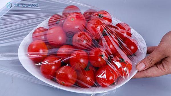 Màng bọc thực phẩm nằm trong danh mục các loại bao bì nhựa đa dụng, được ứng dụng chủ yếu trong công tác bảo quản thức ăn, thực phẩm.